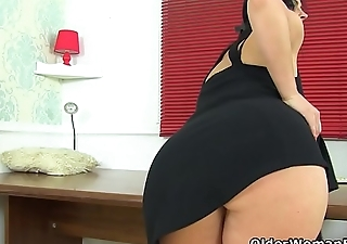 Spanish milf Montse Swinger can'_t control her sex urges