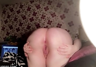 Australian PAWG spreads her buttocks and records it