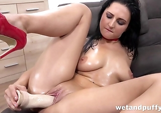 Hottie in red shoes uses dildo to make herself cum